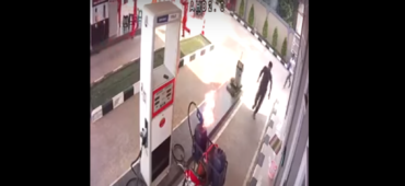 Fuego repostando bidones en gasolinera