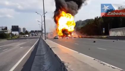 Brutal Accidente en Autopista Con Explosiones de Gas Propano en Rusia